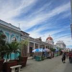 道路と食事に感動:物資の町シエンフエゴス
