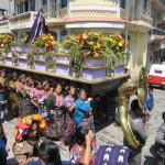 晴れ着姿のインディヘナ女性が美しい:スニルの復活祭