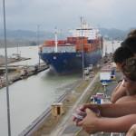 幅ギリギリの大型船が通過する様は圧巻!:パナマ運河