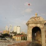 凧と高層ビルと城壁が絶妙にマッチする街:カルタヘナ