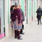 伝統衣装を着た女性達がポルトガルにいる:ナザレ